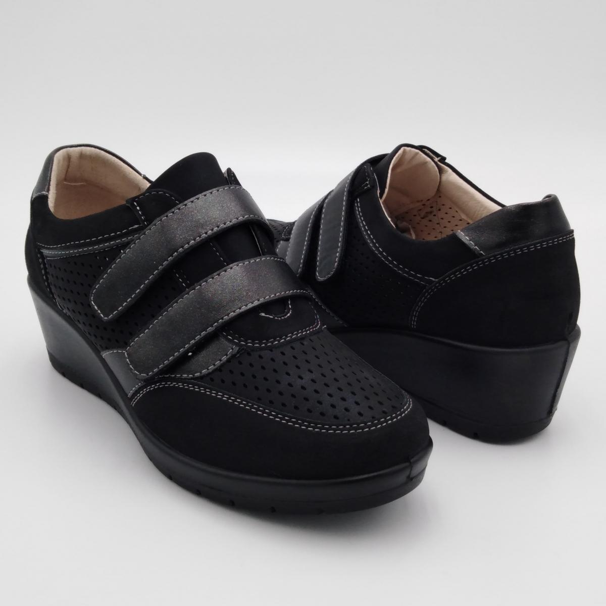 Scarpa nera con strappi...