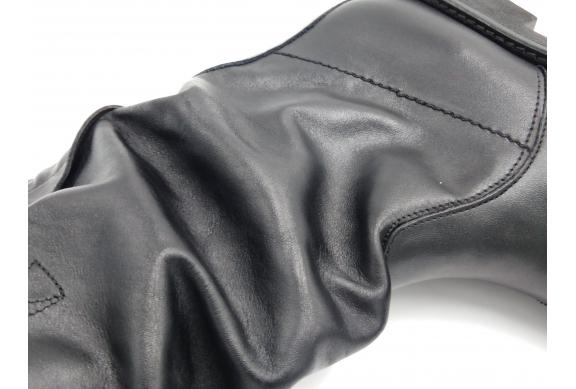 Biker in nappa nera. Fodera tessuto, sottopiede pelle, suola gomma.